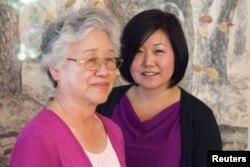 Mẹ ông Bae, bà Myunghee Bae (trái) và em gái ông Bae, bà Terri Chung tại Lynnwood, Washington, 7/8/2013