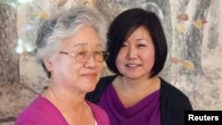 被动号线当局关押的美国人裴俊浩的母亲和妹妹(路透社)。