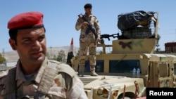 Binh sĩ Iraq canh gác tại căn cứ ở Makhmour, phía nam Mosul, ngày 17 tháng 4, 2016.