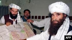 Лідер мережі Гаккані показує на карту Афганістану