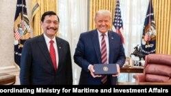 ປ. ດໍໂນລ ທຣຳ ພົບປະກັບ ລັດຖະມົນຕີປະສານງານ ຮັບຜິດຊອບການເດີນເຮືອທະເລ ທ່ານລູຮຸຕ ບິນຊາຣ ປານໄຈຖານ ເມື່ອວັນທີ 17 ພະຈິກ 2020. (Photo courtesy Indonesian Coordinating Ministry for Maritime and Investment Affairs)