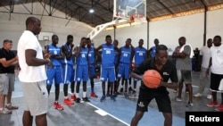 Olumide Oyedeji (ancien joueur de la NBA) travaille avec de jeunes joueurs au premier centre de formation de la NBA en Afrique, à Thies, Sénégal, 2 mai 2017.