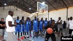 Olumide Oyedeji (ancien joueur de la NBA) travaille avec de jeunes joueurs au premier centre de formation de la NBA en Afrique, à Thies, Sénégal, 2 mai 2017. (Photo: NBA/Reuters)