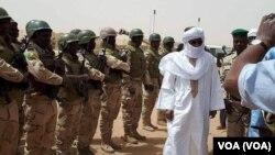 Le Premier ministre malien Soumeylou Boubeye Maïga en visite à Tessalit, Mali, 22 mars 2018. (VOA/FAMa)