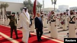 Qatari Emir Sheikh Tamim bin Hamad al-Thani and Lebanon's President Michel Aoun review an honor guard upon Aoun's arrival to Doha, Qatar, Jan. 11, 2017.