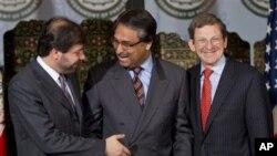Menlu Pakistan Jalil Abbas Jillani (tengah), Utusan Kementrian Afghanistan urusan Politik Jawed Ludin (kiri) dan Utusan AS untuk Afghanistan Marc Grossman dalam pertemuan di Islamabad (27/4).