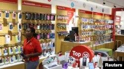 En Afrique anglophone, une entreprise sud-africaine, Mint Mobile, a commencé cette année à produire des téléphones dans la banlieue de Johannesburg.