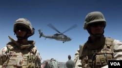 Sebuah helikopter tengah mengangkut tentara NATO dari sebuah kamp di Kandahar, Rabu 9 Juni 2010.