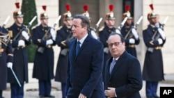 Britanski premijer Dejvid Kameron i francuski predsednik Fransoa Oland tokom sastanka u Parizu