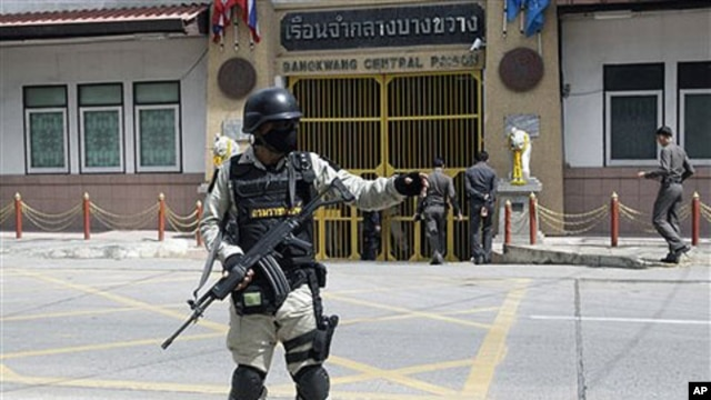 Thai prison security officer stands guard in front of Bangkwan central Prison in Nonthburi province before the extradition of suspected Russian arms smuggler Viktor Bout, 16 Nov 2010