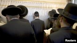 Judíos ultra-ortodoxos oran junto a la Tumba de Raquel, en la Margen Occidental en Belén.