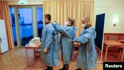 Tim vaksinasi dari Angkatan Bersenjata Jerman, Bundeswehr, bersiap memberikan vaksin Covid-19 buatan Pfizer/BioNTech di rumah lansia Agaplesion Bethanien Sophienhaus di Berlin, Jerman, Minggu, 27 Desember 2020,