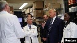도널드 트럼프 미국 대통령이 지난 3일 메릴랜드주 베데스다의 백신연구소를 방문했다.