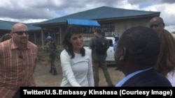 L'ambassadrice Etats-Unis à l'ONU, Nikki Haley, au centre, visite le camp des déplacés à Kitchanga, Nord-Kivu, RDC, 25 octobre 2017. (Twitter/U.S.Embassy KinshasaVerified account @USEmbKinshasa)