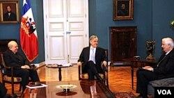 Piñera recibió la propuesta de mano del arzobispo de Santiago, cardenal Francisco Javier Errázuriz y del presidente de la Conferencia Episcopal de Chile, Monseñor Alejandro Goic.