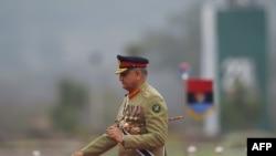 وزیر اعظم پاکستان نے گزشتہ سال آرمی چیف قمر جاوید باجوہ کو تین سال کی توسیع دی تھی۔ (فائل فوٹو)
