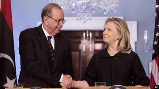 Ngoai trưởng Hoa Kỳ Hillary Clinton (phải) họp với Thủ tướng lâm thời Libya Abdurrahim El-Keib tại Bộ Ngoại giao Hoa Kỳ hôm 83/12