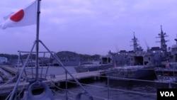 日本海上自卫队横须贺基地内的军舰群(美国之音歌篮拍摄)
