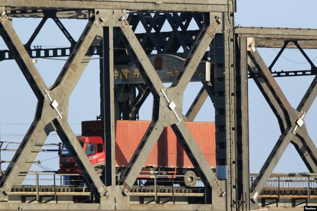 2018年1月2日,鴨綠江的友誼大橋上,一輛卡車從朝鮮新義州開往中國遼寧省丹東市。