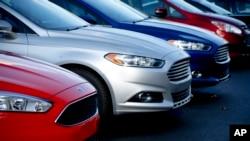 Cổ phiếu công ty General Motors đã trượt 2,2% trong khi công ty Ford bị rớt gần 1%.