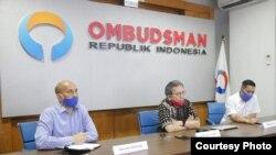 Anggota Ombudsman RI, Alamsyah Saragih (tengah) saat berbicara dalam konferensi pers terkait rangkap jabatan komisaris BUMN di 2019, 28 Juni 2020. (Foto : Ombudsman RI)