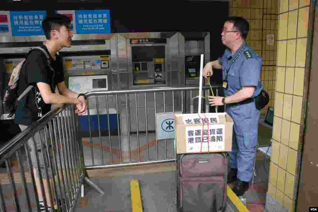 關注組成員準備攜帶上火車的一件行李,被港鐵上水站職員檢查指體積過大及過重,不能帶上火車