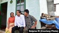 Presiden Joko Widodo berkunjung salah satu rumah hunian tetap pengungsi erupsi Gunung Sinabung, di kawasan Siosar, Kabupaten Karo, Sabtu, 14 Oktober 2017. Foto courtesy: Setpres RI