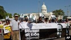 Các nhà báo và giới hoạt động nhân quyền cùng các nhà lập pháp đối lập biểu tình cáo buộc chính phủ Sri Lanka đàn áp truyền thông tại Colombo, ngày 29/4/2013. Ít nhất 15 nhà báo đã bị giết hại từ năm 2006 và nhiều người khác bị buộc phải bỏ nước ra khi sau khi có những bài viết có nội dung phê phán chính phủ.