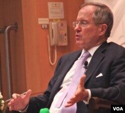 美国的中国经济问题专家拉迪在香港发表谈话(资料照片,美国之音拍摄)