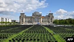 Aktivis Jerman menempatkan kursi sebanyak 13.000 di depan gedung Reichstag, kursi majelis rendah parlemen Jerman Bundestag di Berlin, Jerman, 7 September 2020, dalam aksi untuk menyerukan evakuasi kamp pengungsi Moria di pulau Lesbos, Yunani. (Foto: Tobias SCHWARZ / AFP)