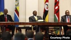 Rais Paul Kagame wa Rwanda, Yoweri Museveni wa Uganda na Uhuru Kenyatta wa Kenya kwenye picha ya awali. (kushoto kulia)