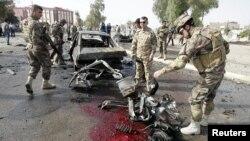 Personal de seguridad inspecciona el sitio de uno de los ataques en Kirkuk, al norte de Bagdad.