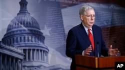 2020年4月21日参议院多数党领袖麦康奈尔在参议院批准近5,000亿美元冠状病毒援助法案后与记者交谈。