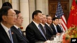 中國國家主席習近平和其他高級官員與美國總統特朗普在布宜諾斯艾利斯共進晚宴。(2018年12月1日)