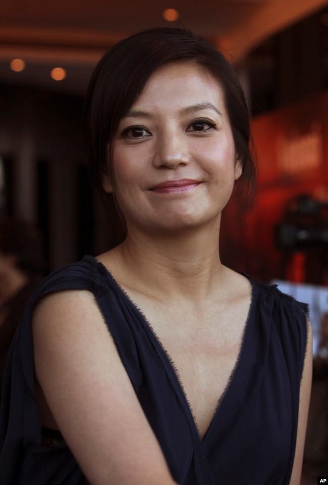 中國演員趙薇在電影《赤壁》的記者會上(2009年1月6日)。 2016年7月,趙薇執導的新片《沒有別的愛》的男主演戴立忍被指支持台灣獨立運動。 趙薇因此受到網民抨擊。 當時儘管影片已經殺青,但卻不得不另尋男主演。