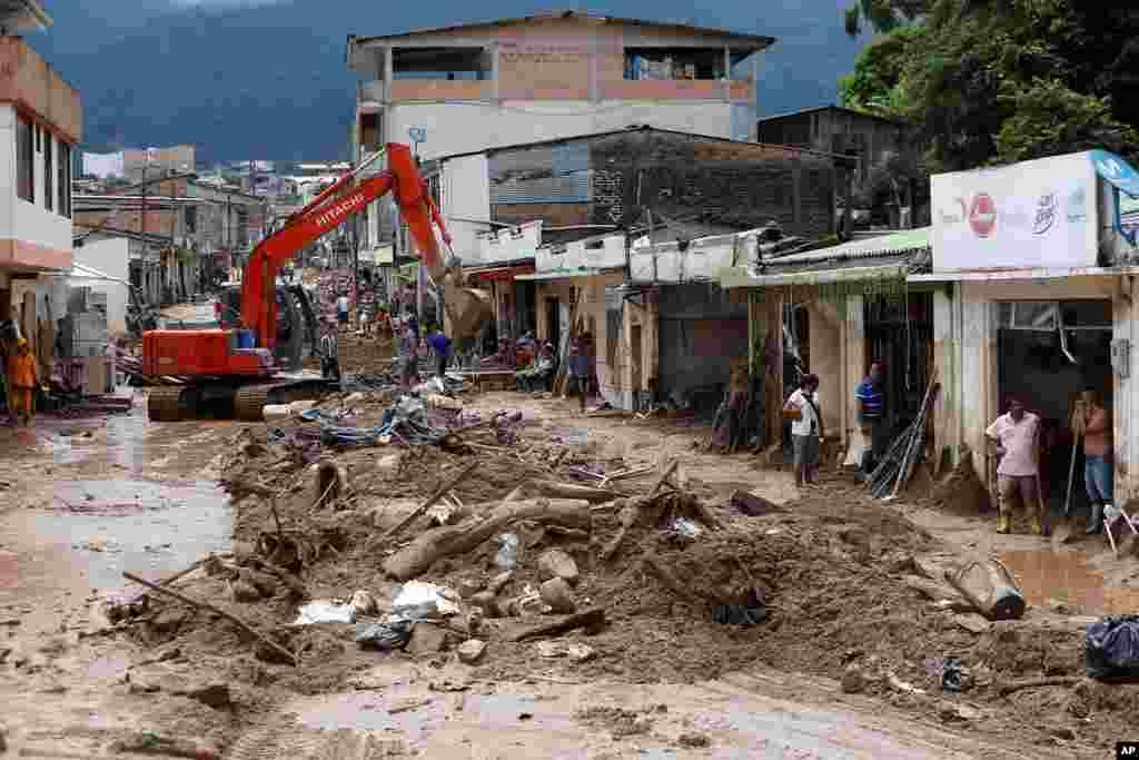 شدید بارشوں کے بعد مٹی کے تودے گرنے سے لگ بھگ 254 افراد ہلاک ہو گئے ہیں۔