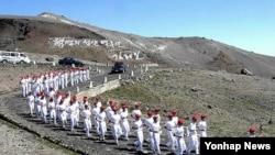 지난달 13일 북한에서 청년절을 맞아 백두산 정상에서 진행된 횃불 이어달리기 출발 모임.