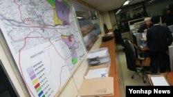한국 정부가 북한의 4차 핵실험과 장거리 미사일 발사에 대응해 개성공단 가동 전면 중단 결정을 내린 10일 서울 개성공단기업협회에서 직원들이 분주하게 움직이고 있다.