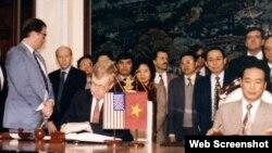 Ông Chris Runckel, thứ hai từ trái, và Giám đốc Văn phòng Liên lạc Hoa Kỳ tại Hà Nội, James Hall cùng đại diện của Bộ Ngoại Giao Việt Nam, ông Nguyễn Xuân Phong, ký thỏa thuận hai quốc gia mở văn phòng tại Hà Nội và Washington ngày 28/01/1995.