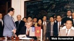 Giám đốc Văn phòng Liên lạc Hoa Kỳ tại Hà Nội, ông James Hall và đại diện Bộ Ngoại Giao Việt Nam, ông Nguyễn Xuân Phong, ký thỏa thuận hai quốc gia mở văn phòng tại Hà Nội và Washington ngày 28/01/1995. Photo Business in Asia.