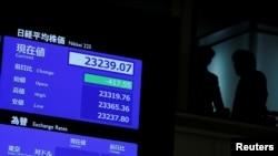 Un écran montre l'indice des cours boursiers après la cérémonie d'ouverture du Nouvel An à la Bourse de Tokyo (TSE) au Japon, le 6 janvier 2020.