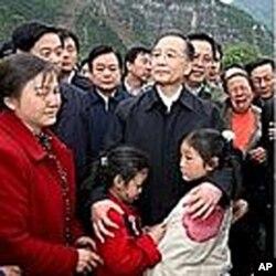 中国总理温家宝和地震灾民在一起