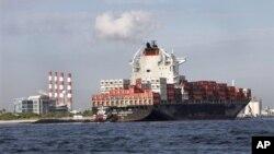 集装箱货轮在佛罗里达州劳德代尔堡的港口准备卸货,美商务部说美国企业增加进货促使经济发展高于预计