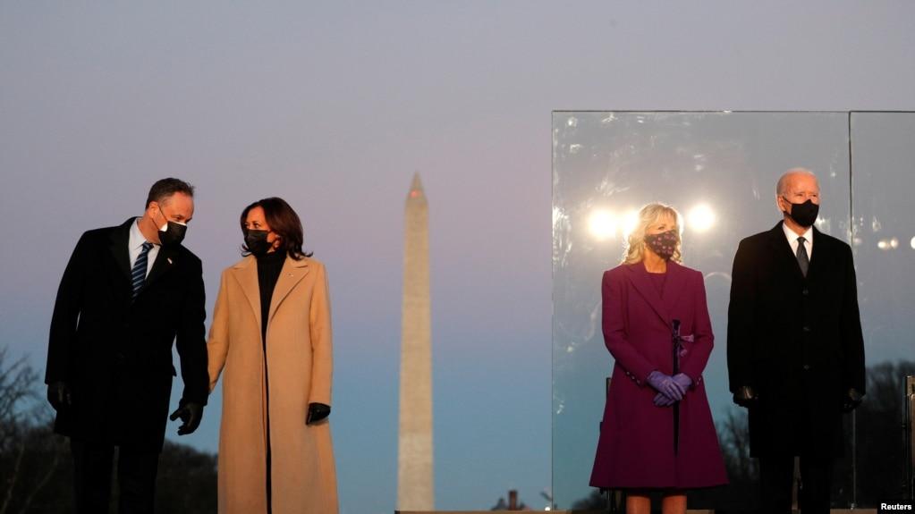 拜登是否保留特朗普的对华政策引发关注。图为美国当选总统拜登和妻子吉尔、当选副总统哈里斯和丈夫埃姆霍夫在就职宣誓的前一晚站在华盛顿纪念碑前。(路透社2021年1月19日资料照)