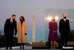 美国当选总统拜登和妻子吉尔、当选副总统哈里斯和丈夫埃姆霍夫在就职宣誓的前一晚站在华盛顿纪念碑前。(2021年1月19日)