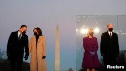 圖為美國當選總統拜登和妻子吉爾、當選副總統哈里斯和丈夫埃姆霍夫在就職宣誓的前一晚站在華盛頓紀念碑前。(路透社2021年1月19日資料照)