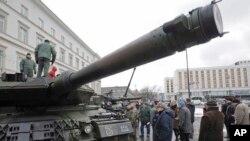 Người dân ngắm nhìn chiếc xe tăng Leopard của quân đội Ba Lan trong một buổi dã ngoại quân sự nhằm chào mừng quân đội Mỹ đến Ba Lan, ngày 14 tháng 01 năm 2017.