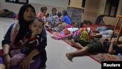 Para pengungsi beristirahat di sebuah masjid setelah dievakuasi menyusul gelombang tinggi dan letusan Anak Krakatau di Labuan, Kabupaten Pandeglang, Provinsi Banten, 22 Desember 2018. (Foto: Antara via Reuters)