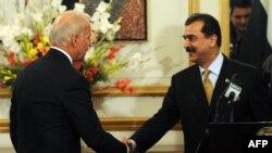 2011 میں اس وقت کے امریکی نائب صدر اسلام آباد میں پاکستانی وزیرِ اعظم یوسف رضا گیلانی سے ملاقات کر رہے ہیں۔