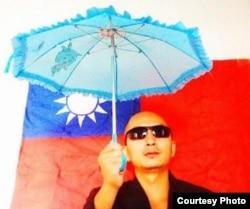 北京诗人王藏撑伞声援香港民众抗议示威 (推特图片)